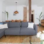 Detalle salon con pilar de madera restaurado