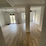 Vista de la entrada al piso recién reformado